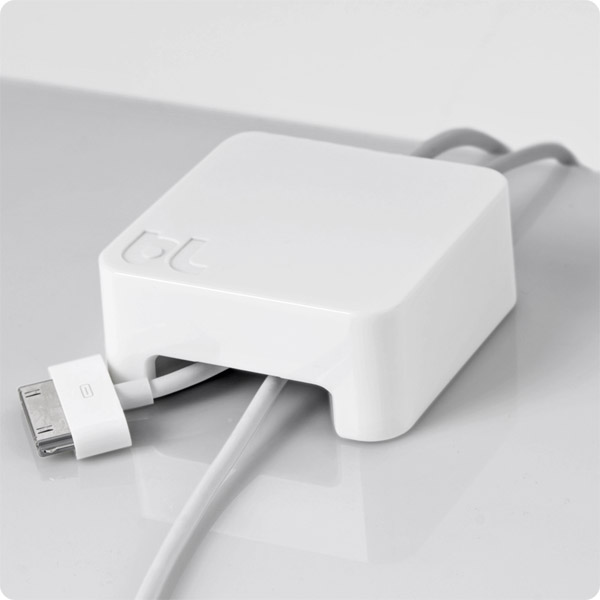Sumo: Holding 30-pin and data cable (White)