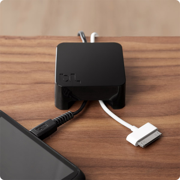 Sumo: Holding 30-pin and micro USB cable (Black)