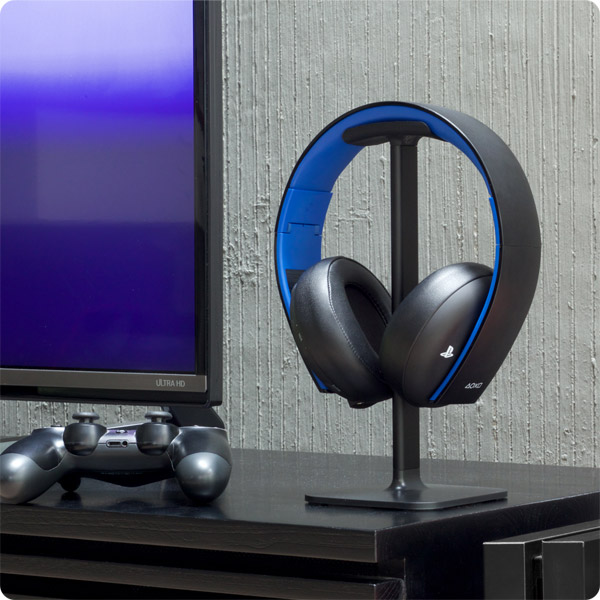 Posto: Holding wireless headphones by PS4 (Black)
