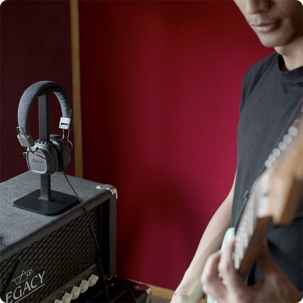 Posto: Holding studio headphones by guitar (Black)
