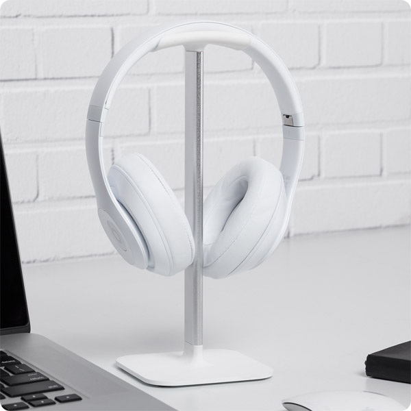 Posto: Holding Beats headphones (White)